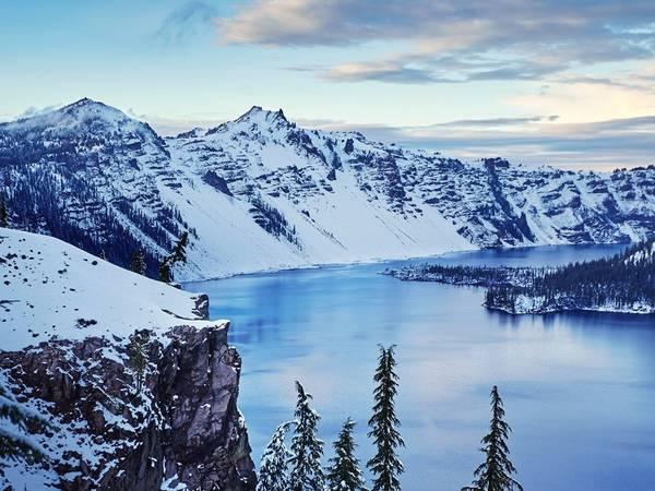 Hồ Crater nằm trong công viên quốc gia cùng tên ở bang Oregon. Nơi này nổi tiếng với làn nước xanh và trong vắt.