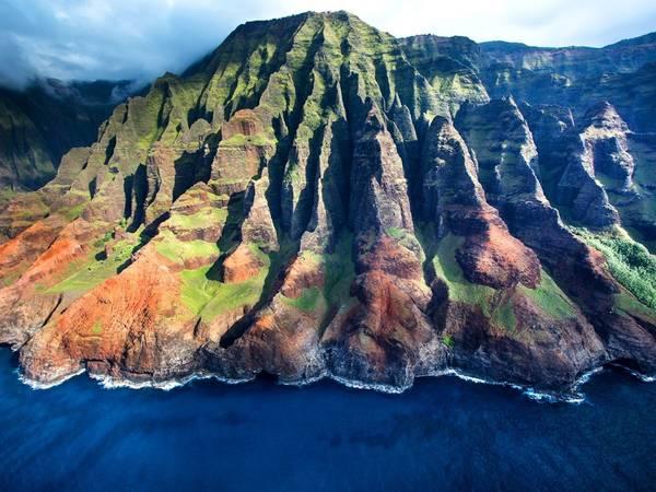 Công viên bờ biển Na Pali, bang Hawaii. Đường bờ biển kéo dài hơn 27 km ở đây được đánh giá vô cùng ngoạn mục với những ngọn núi xanh soi bóng nước. Ảnh: Getty.