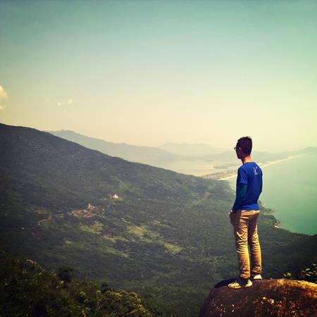 Từ trên đỉnh đèo, bạn có thể nhìn toàn cảnh vịnh Lăng Cô. Ảnh: Tiểu Duy