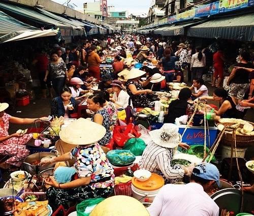 Chợ Cồn được coi là thiên đường ăn vặt với nhiều quán hàng luôn đông khách. Ảnh: Kiều Sơn.