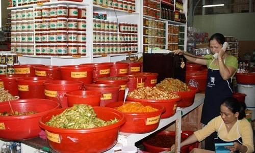 Các loại mắm, dưa cà muối được bán nhiều trong chợ Hàn. Ảnh: Danangplus.
