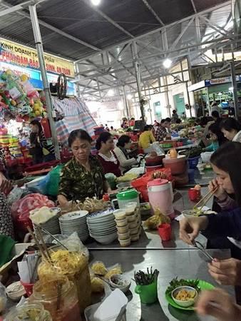 Quầy mít trộn và ốc giá rẻ hút khách trong chợ Đống Đa. Ảnh: Quỳnh Trương.