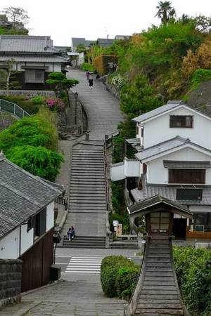 Những ngôi nhà cổ Samurai nằm trên các sườn đồi. Ảnh: Flickr.