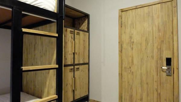 Mỗi phòng đều có tủ để đồ dùng cá nhân và mỗi khách sẽ được cấp ổ khóa riêng.