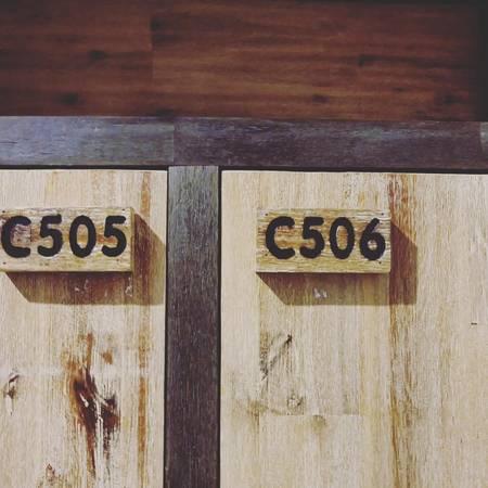Trên mỗi giường sẽ có số hiệu và bảng chữ viết tên khách đến thuê.