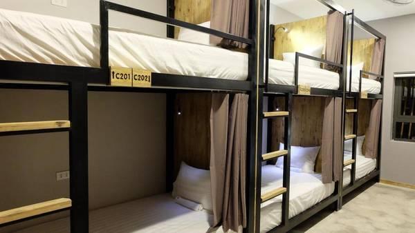 Nếu đi theo nhóm, các bạn có thể thuê nhiều giường để ở chung cùng phòng. Ngược lại, nếu đi một mình, bạn sẽ được ở chung phòng với nhiều bạn bè từ khắp nơi trên thế giới.