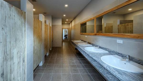 Rộng rãi, thoáng mát, sạch sẽ là những từ có thể miêu tả về khu vực nhà vệ sinh chung