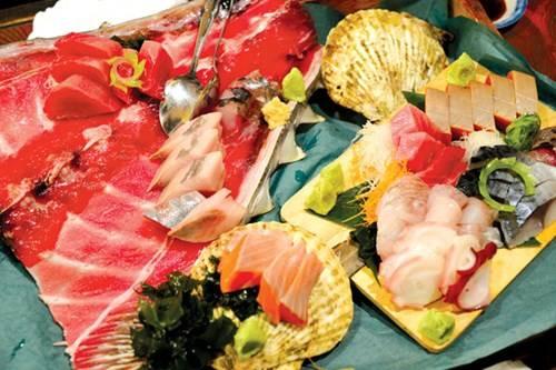 Món sashimi bắt mắt với phần xương đuôi cá ngừ ở Tsuda Sengyoten