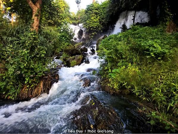 Thác Gia Long là một thác nước đẹp trong hệ thống thác trên sông Serepok do cảnh quan ở đây cực kỳ hoang sơ. Hãy len lỏi xuống chân thác, bạn sẽ tìm được những hốc đá rất an toàn để có thể đắm mình trong dòng nước mát lạnh mà không sợ ai phát hiện.