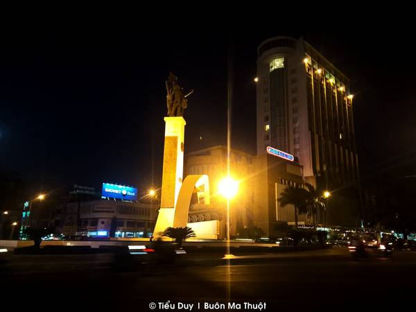 Trung tâm thành phố là tượng đài chiến thắng Buôn Ma Thuột. Về đêm, ở đây có nhiều thứ dễ khiến người khác nảy sinh tình cảm. Từ những quán sữa đậu nành nóng ven đường hay khu chợ đêm nhộn nhịp người mua kẻ bán.
