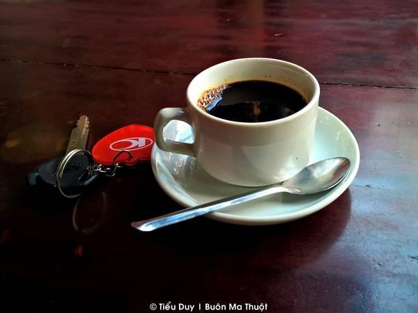 Dù đến Buôn Ma Thuột bằng cách nào, phố núi cũng chào đón bạn bằng hương vị cà phê đặc trưng không thể lẫn vào đâu được. Dù ở bất cứ con đường lớn nhỏ nào, các quán cà phê cũng mọc lên san sát nhau khiến cho bất kỳ ai lần đầu tiên đến đây cũng bị choáng ngợp.