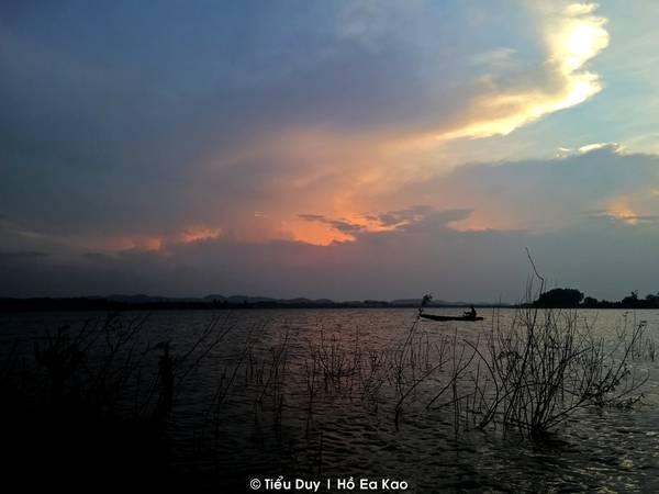 Dạo một vòng hồ Ea Kao lộng gió vào buổi chiều sẽ khiến tâm trạng của bạn dễ chịu hơn rất nhiều. Ra đến hồ, bạn kêu một ly nước mía, cắn một miếng chuối chiên và thưởng thức hoàng hôn buông xuống giữa lòng hồ mới cảm nhận hết sự bình yên trên cả tuyệt vời.