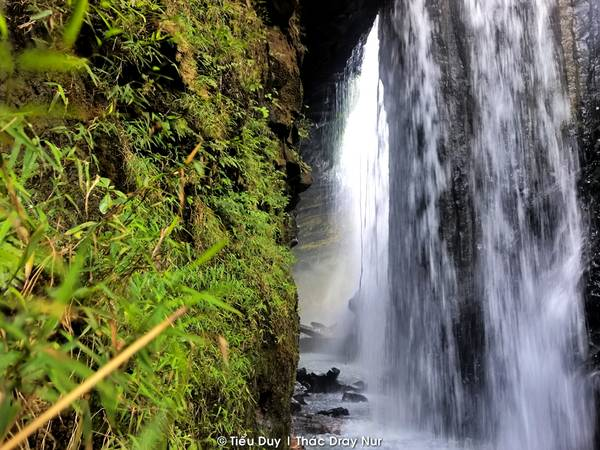 Đến với thác Dray Nur, cảm giác đầu tiên đến với bạn là một ngọn thác hùng vĩ, thác có chiều dài trên 250m, chiều cao trên 30m, trải rộng khoảng 150m. Bọt tung trắng xóa, hơi nước ngập tràn khiến quang cảnh xung quanh thác nên thơ. Nhưng hấp dẫn nhất không phải là việc chiêm ngưỡng thác mà là khám phá, tìm kiếm cảm giác mạnh trong hang động gần 3.000m2 phía sau thác. Khi đứng từ bên trong hang động nhìn ra những tường nước dài bao bọc phía trước, ánh sáng mờ ảo soi những tảng đá hình thù kỳ dị.