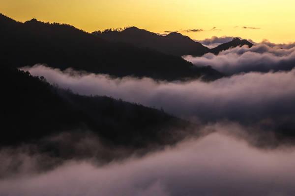 Để có thể ngắm được những biển mây cuồn cuộn, du khách phải dậy từ khoảng 5h sáng để vừa săn được mây vừa đón được ánh bình minh. Mà điều quan trọng nữa là bạn phải may mắn, đi vào ngày trời trong và có ánh nắng.