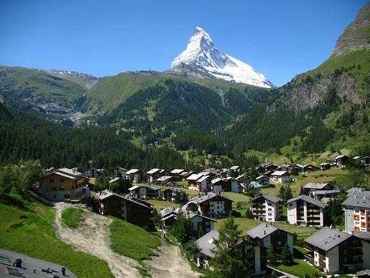 Những ngôi nhà bằng gỗ nằm lọt thỏm bình yên trong thung lũng trên dãy núi Alps.