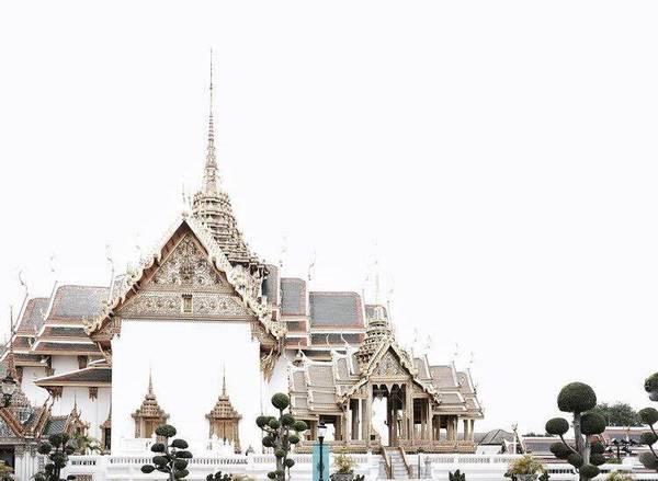 Hoàng cung: Cung điện Hoàng gia là ví dụ điển hình cho sự kết hợp giữa kiến trúc truyền thống Thái Lan với phong cách phương Tây. Người Thái tin rằng những ai từng viếng thăm ngôi chùa trong cung điện có tượng Phật ngọc sẽ nhận được phước lành.