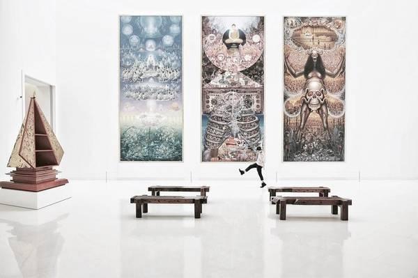 Bảo tàng Nghệ thuật Đương đại Bangkok (MOCA): Nơi này có bộ sưu tập toàn diện nhất về nghệ thuật tranh và điêu khắc hiện đại của Thái Lan. Hơn 800 tác phẩm được doanh nhân Boonchai Bencharongkul sưu tập trưng bày suốt 5 tầng. Bạn cũng sẽ thấy bộ sưu tập khắc họa nghệ thuật tranh trừu tượng của Thái từ khi xuất hiện trào lưu nghệ thuật hiện đại phương Tây.