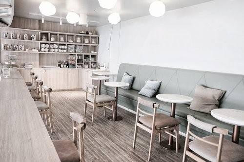 Shugaa Cafe: Một quán cà phê hay cũng có thể gọi là quầy đồ tráng miệng, từ cái tên đã thấy ngọt ngào. Với nội thất gỗ cùng tông màu pastel, quán thu hút các tín đồ check-in. Dù là quầy đồ tráng miệng nhưng bạn cũng sẽ không lo đói bụng khi quán có phục vụ cả các món mặn. Ngoài ra, đây cũng là thiên đường cho các tín đồ bánh đường.