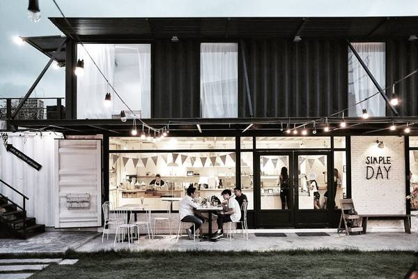 The Bloc Complex: Think Cafe, Simple Day, About Life, Tree Box... thoáng nghe tưởng không liên quan trong khu tổ hợp này, nhưng tất cả cửa hàng trên đều chung chủ sở hữu và phát triển theo các phong cách riêng biệt. Nằm ở khá xa trung tâm, song ghé thăm đúng thời điểm tổ chức hội chợ thì bạn nên dành riêng cho The Bloc thật nhiều thời gian để trải nghiệm trọn vẹn cộng đồng mini này.