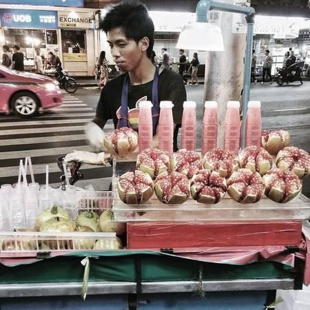 Khu ẩm thực đường phố Yaowarat, chợ đêm China Town: Đây là thiên đường ẩm thực đường phố của Bangkok. Hãy đếnvới cái bụng kẹp lép nếu bạn không muốn phải nuối tiếc vì chưa thưởng thức hết các món ngon. Hải sản T&K hay Rut&Lek là ưu tiên số 1. Đừng quên thử nước lựu, chè yến, mì cua và xôi xoài. Một bát mì Hong Kong trong hẻm nhỏ cũng không hề tệ.