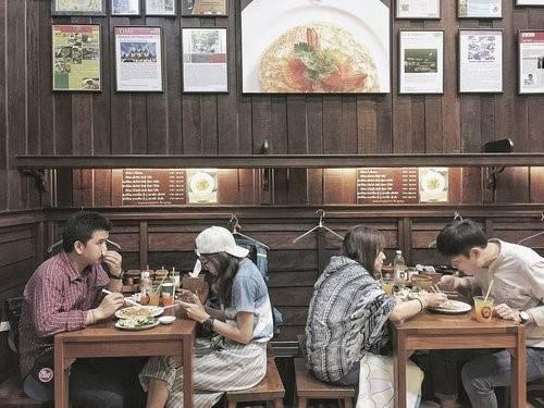 Thip Samai Pad Thai: Nếu chẳng may đến muộn, khả năng bạn ôm bụng đói chờ xếp hàng rất cao. Với thời tiết nóng ẩm đặc trưng ở Bangkok, bạn nên ngồi khu có điều hòa để thưởng thức trọn vẹn món ăn. Nên thử pad thai truyền thống và pad thai đặc biệt, đừng quên gọi nước cam ngon nhất Bangkok. Kế hoạch hoàn hảo nếu ta dùng bữa tối nhẹ ở Thip Sami sau khi du hí hoàng cung cách đó không xa.