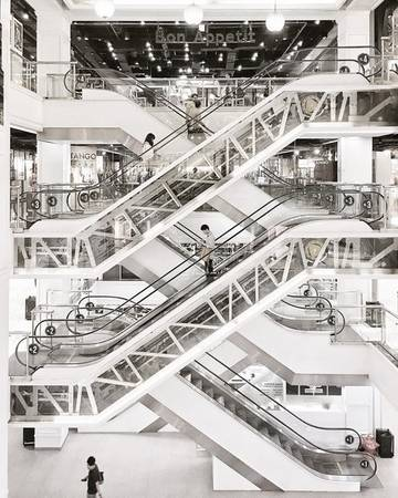 Các trung tâm thương mại: Ghé thăm và mua sắm tại các trung tâm thương mại là hoạt động không thể thiếu khi du lịch Bangkok. Dọc đường Sukhumvit tới Siam Square có đến được gần 10 trung tâm thương mại lớn nhỏ: Terminal 21, Siam Center, Siam Paragon, Central World,... Nếu đi vào mùa giảm giá, không khó để bạn tìm cho mình những món hời.