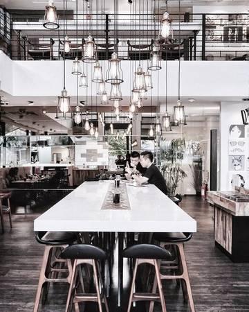 Nhà hàng D'ARK by Phillip Di Bella: Mang vẻ ngoài xù xì, chủ đạo tông gỗ trầm theo cách công nghiệp, điều bất ngờ khi bạn mở thực đơn lại tràn ngập màu sắc của các món ăn ngon lành. Không gian quán tương đối mở, thích hợp cho những buổi gặp gỡ bạn bè hay các gia đình trẻ tụ họp.