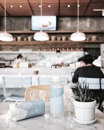 Rocket cafe: Đối tượng khách hàng quán n hắm tới là dân công sở, văn phòng không có nhiều thời gian, song vẫn muốn trải nghiệm ẩm thực tươi ngon. Tông màu xanh pastel phù hợp với sự tươi trẻ năng động.