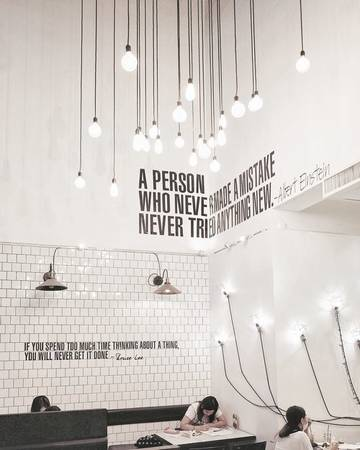 Think Cafe: Một trong những nơi khởi đầu trào lưu bánh gấu nâu, Think Cafe nổi bật trong Siam Center với tông trắng đen đơn giản, bộ bàn ghế gỗ chân sắt và không thể thiếu những chú gấu bông khổng lồ sẵn sàng làm chiếc gối tựa êm ái cho khách ghé thăm.