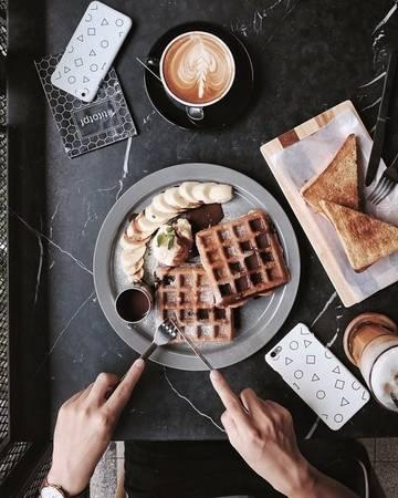 Wonderwall l The Kaffebar Cafe: Quán vang danh ở trung tâm Bangkok, nơi thường xuyên diễn ra các cuộc thi chế biến cà phê. Chất lượng cà phê ở đây tuyệt vời như đúng tên gọi. Không gian, chất liệu gỗ chủ đạo, khu ngồi ngoài trời rộng, tông màu hoài cổ, khung cửa bằng sắt gợi cho ta nhớ tới những hiên nhà miền Tây nước Mỹ.