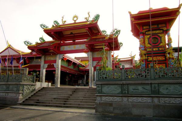 Hai ngôi đền Jui Tui và Bang Niew là địa điểm cử hành chính của đại lễ ăn chay. Ảnh: Isabella Noble.