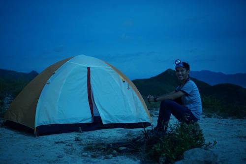 Lộc chọn một vị trí bằng phẳng trên đỉnh 1 để neo lều và nghỉ qua đêm.