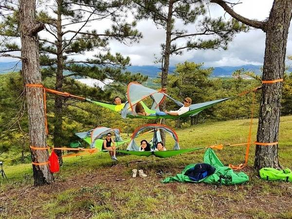 Cắm trại, tiệc BBQ, đốt lửa trại giữa không gian hoang dã sẽ là trải nghiệm thú vị. Ngoài lều truyền thống, lều trên cây đang được du khách yêu thích.