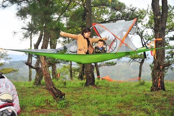 Lều trên cây có dạng 3 góc buộc ở 3 cây, có thể chịu được 2 người lớn. Lều có chất liệu chống thấm nước, nên trẻ nhỏ cũng có thể ngủ được, lưu ý nhiệt độ buổi đêm thấp nên cần thêm áo ấm, chăn.