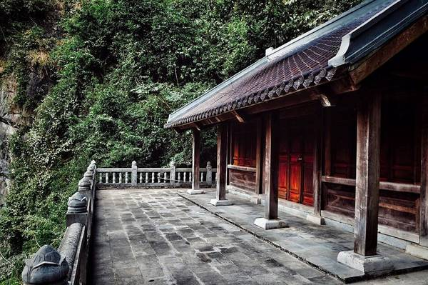 Trên núi có chùa Am Tiên. Đây cũng là nơi những năm cuối cuộc đời, Thái hậu Dương Vân Nga xuất gia tu hành.