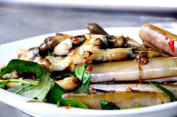 Đa dạng chủng loại, phong phú trong cách chế biến, ốc ngày càng khẳng định mình là một trong những món ăn vặt được nhiều thực khách ở Sài Gòn ưa chuộng. Trong ảnh là đĩa ốc móng tay xào tỏi, món ăn được rất nhiều người ưa thích bởi thịt ốc mềm, thơm hòa quyện trong sốt tỏi được nêm nếm gia vị vừa ăn.