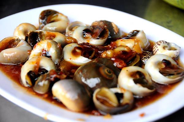 Ốc mỡ xào me mang đến vị riêng biệt bởi sốt me chua. Phần nước sốt thấm vào đến tận thịt ốc béo ngậy.