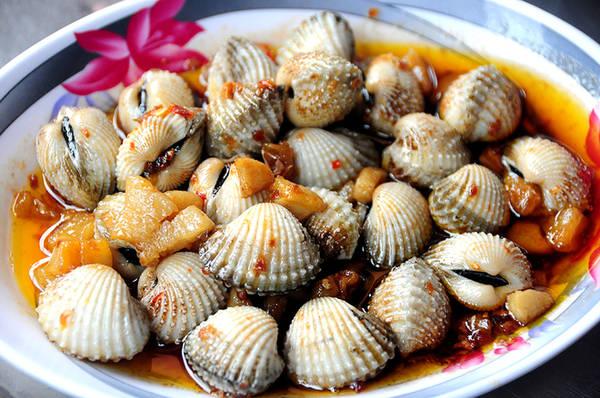 Sò huyết xào tỏi hoặc sò huyết xào bơ cay cũng là món ăn đậm đà và giàu dinh dưỡng. Người sành ăn thường yêu cầu được ăn tái, chính vì thế đầu bếp chỉ xào qua với sốt đã được nêm nếm sẵn.