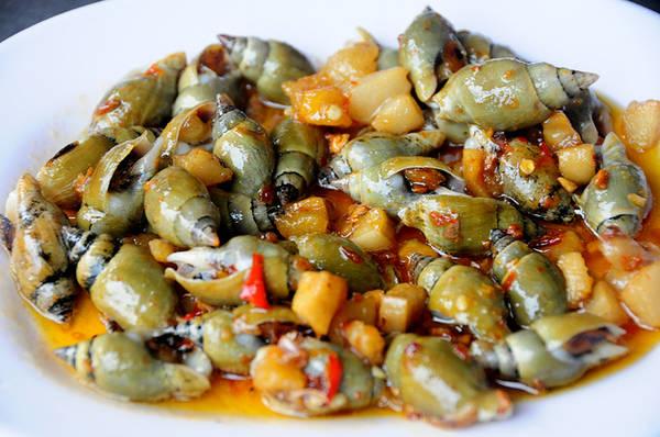 Ốc cà na là món ăn đòi hỏi sự tỉ mỉ bởi thịt ốc khá ít nhưng lại giòn thơm. Lúc rảnh rỗi, không gì thú vị hơn vừa ngồi tám chuyện với bạn vừa nhể ốc cà na.