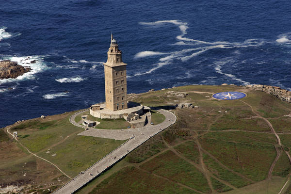 Ngọn hải đăng cao 55m và hướng ra bờ biển phía Bắc Đại Tây Dương. Ảnh: leocervas.deviantart