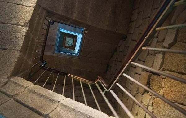 Cầu thang bên trong hải đăng cổ. Ảnh: photovide