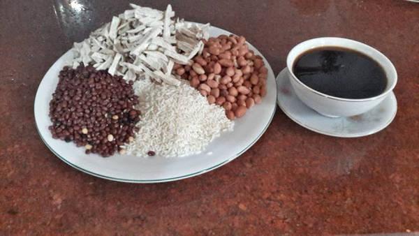 Nguyên liệu làm khoai xéo bao gồm: khoai lang khô, nếp, lạc nhân, đậu, đường hoặc mật mía...