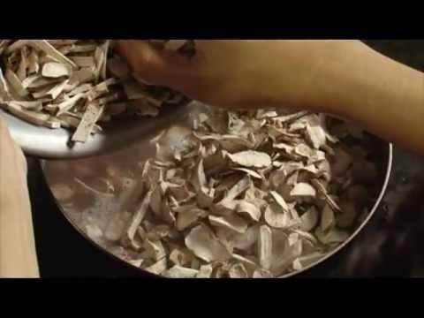 Hạt đậu đen hoặc đỏ, lạc nhân, nếp được đun mềm trước khi đổ mớ khoai khô vào đun sôi.
