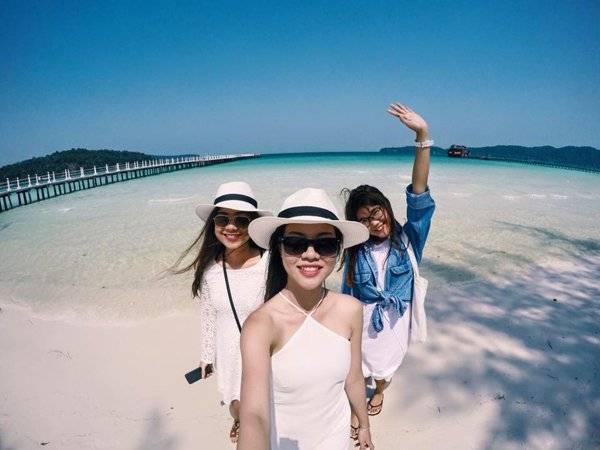 Nhiều du khách đến đây không khỏi bất ngờ trước vẻ đẹp của hòn đảo. Những bờ cát trắng xóa nối dài bao quanh lòng biển trong xanh sẽ mang lại cho bạn cảm giác thư giãn thoải mái. Ảnh: Ngô Thu Uyên