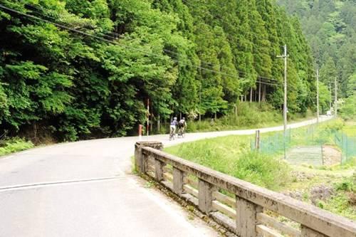 Cung đường xuyên núi ngoạn mục vào làng