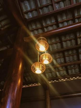 Ánh đèn vàng dịu nhẹ và ấm cúng.