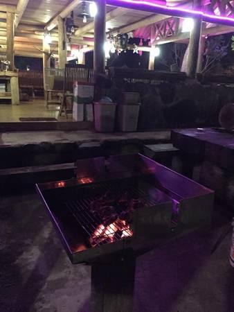 Với khí hậu se lạnh giữa núi rừng, tiệc BBQ và ngọn lửa trại ấm áp sẽ giúp cuộc trò chuyện giữa nhóm bạn đêm khuy thêm nhiều kỷ niệm.