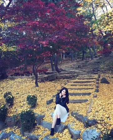 """""""Nhưng không vì đi nhiều mà Hàn Quốc bớt đẹp trong mắt mình. Mình thích Hàn Quốc từ khí hậu, âm nhạc, phim ảnh, cảnh quan và con người. Tất nhiên, tất cả sự háo hức và yêu mến đầu tiên đến từ phim ảnh và các diễn viên Hàn Quốc"""", nàng MC chia sẻ."""