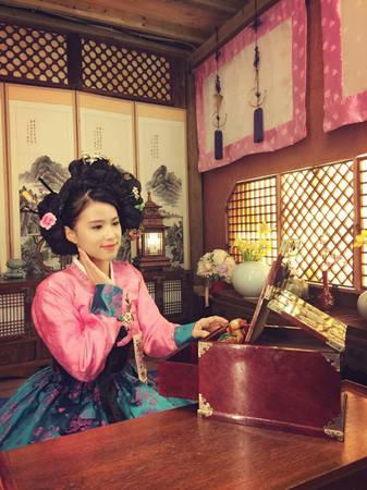 Bảo Linh xinh đẹp trong trang phục truyền thống của phụ nữ Hàn Quốc.
