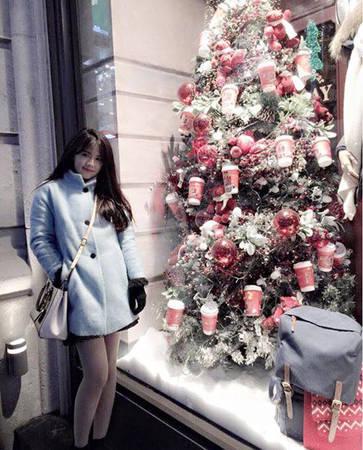 Mùa đông ở Hàn bắt đầu từ giữa tháng 11, rất lạnh nhưng không quá giá buốt. Bảo Linh vẫn cảm thấy dễ chịu và vẫn có thể mặc váy ngắn dù nhiệt độ -5 độ C.